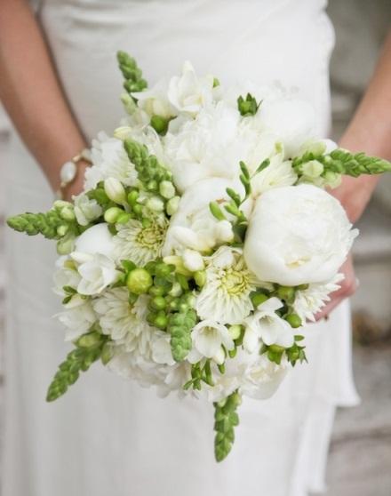 belie-pioni-zelenie-listya-v-svadebnom-bukete